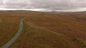 Vista aérea del B4391 a través del amarrar y de las montañas de País de Gales, Reino Unido almacen de video