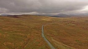 Vista aérea del B4391 a través del amarrar y de las montañas de País de Gales, Reino Unido metrajes