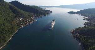 Vista aérea del barco de cruceros en la bahía de Kotor almacen de video