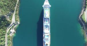 Vista aérea del barco de cruceros en la bahía de Kotor