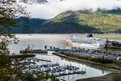 Vista aérea del barco de cruceros noruego de la línea de cruceros NCL Sun atracado en la ciudad de Skagway en Alaska fotografía de archivo libre de regalías