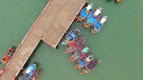 Vista aérea del barco de la industria pesquera en Prachuap Khiri Khan meridional de Tailandia almacen de metraje de vídeo