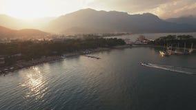 Vista aérea del barco de la natación en bahía del mar en puesta del sol almacen de video