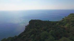 Vista aérea del barco de navegación de alta velocidad en el mar almacen de video