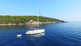 Vista aérea del barco de navegación que sale al mar almacen de video