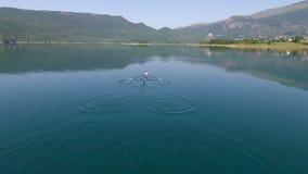 Vista aérea del barco de rowing en el lago almacen de video
