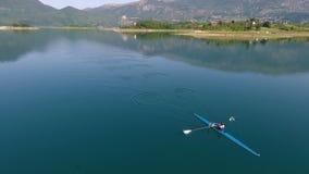 Vista aérea del barco de rowing en el lago metrajes
