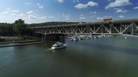 Vista aérea del barco que pasa debajo del puente en Pennsylvania metrajes