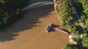 Vista aérea del barco turístico en el río Los turistas están subiendo al barco que continúan a la siguiente parada cerca de bahía almacen de video