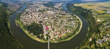 Vista aérea del barranco de la curva del río de Dnister del verano y de la ciudad famosa de Zalischyky del ucraniano Región de Te Fotografía de archivo