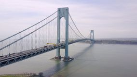 Vista aérea del bidge y del paso superior de Verrazano en Brooklyn, New York City NYC desde arriba del río Hudson metrajes