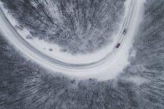 Vista aérea del bosque nevoso con un camino Imagenes de archivo