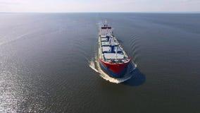 Vista aérea del buque de carga en el mar almacen de metraje de vídeo