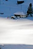 Vista aérea del cablecarril y de hoteles en la estación de esquí de Suiza de Imagen de archivo