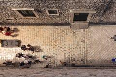 Vista aérea del callejón europeo del pueblo de la ciudad vieja que mira abajo de Pede Fotos de archivo
