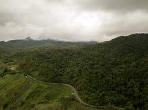 Vista aérea del camino del campo en la montaña imagen de archivo libre de regalías