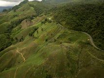 Vista aérea del camino del campo en la montaña foto de archivo
