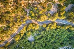 Vista aérea del camino con los coches, bosque verde de la curva de la montaña Imagen de archivo libre de regalías