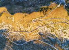 Vista aérea del camino con los coches, bosque verde de la curva de la montaña Imagen de archivo