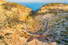Vista aérea del camino con los coches, bosque verde de la curva de la montaña Fotografía de archivo
