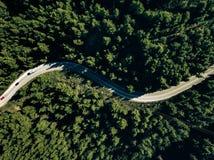 Vista aérea del camino de la curva en la montaña con el bosque verde en Grecia Imágenes de archivo libres de regalías