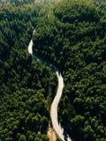 Vista aérea del camino de la curva en la montaña con el bosque verde en Grecia Foto de archivo