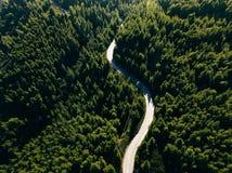 Vista aérea del camino de la curva en la montaña con el bosque verde en Grecia Fotografía de archivo