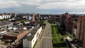 Vista aérea del camino y de edificios cerca Abejón grande de la mosca de la cantidad de la ciudad almacen de metraje de vídeo