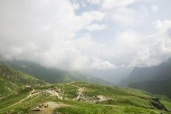 Vista aérea del camino y del pueblo de la montaña Fotografía de archivo