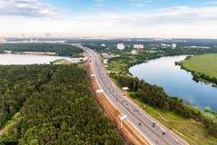 Vista aérea del camino y del río Foto de archivo libre de regalías