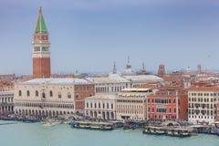 Vista aérea del campanario veneciano famoso de los hoteles, del palacio del dux y de San Marco imagenes de archivo