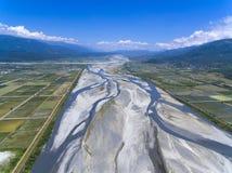 Vista aérea del campo con el pueblo Foto de archivo libre de regalías