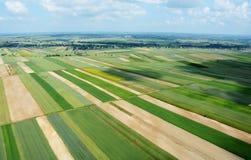 Vista aérea del campo con el pueblo y de campos de cosechas Imagen de archivo
