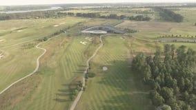 Vista aérea del campo de golf de lujo grande Vista de los céspedes y de los árboles verdes Tiroteo desde arriba, visión superior, almacen de video