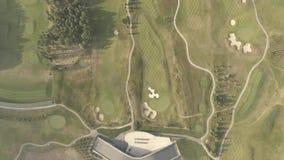 Vista aérea del campo de golf de lujo grande Vista de los céspedes y de los árboles verdes Tiroteo desde arriba, visión superior, almacen de metraje de vídeo