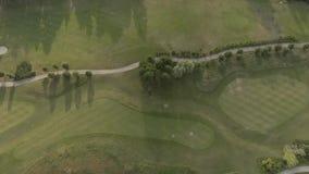 Vista aérea del campo de golf de lujo grande Vista de los céspedes y de los árboles verdes Tiroteo desde arriba, visión superior, metrajes