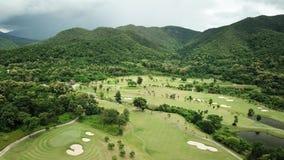 Vista aérea del campo de golf verde en Tailandia almacen de metraje de vídeo