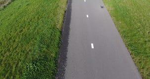 Vista aérea del campo de hierba y de la ruta de la bici almacen de metraje de vídeo
