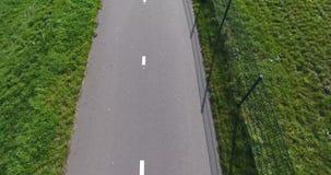 Vista aérea del campo de hierba y de la ruta de la bici metrajes
