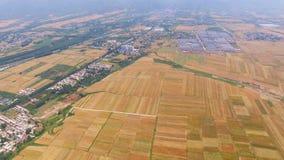 Vista aérea del campo de trigo y del pueblo, Xi'an, China almacen de metraje de vídeo