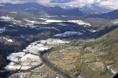 Vista aérea del campo en las montañas Fotos de archivo libres de regalías