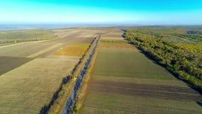 Vista aérea del campo y del camino almacen de metraje de vídeo