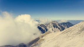 Vista aérea del canto de la montaña rodeada con las nubes Fotografía de archivo libre de regalías