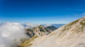 Vista aérea del canto de la montaña rodeada con las nubes Imágenes de archivo libres de regalías