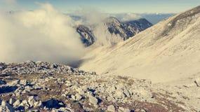 Vista aérea del canto de la montaña rodeada con las nubes Fotografía de archivo