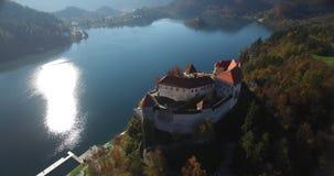 Vista aérea del castillo Bled y del paisaje sangrado del lago almacen de video