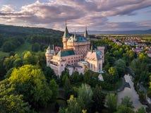 Vista aérea del castillo Bojnice, Europa Central, Eslovaquia LA UNESCO Luz de la puesta del sol foto de archivo libre de regalías