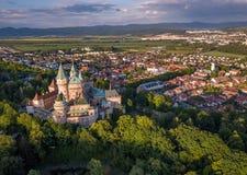 Vista aérea del castillo Bojnice, Europa Central, Eslovaquia LA UNESCO Luz de la puesta del sol fotografía de archivo libre de regalías