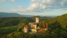 Vista aérea del castillo de Rihemberk en un hil sobre el valle del vipava en Branik Eslovenia occidental metrajes