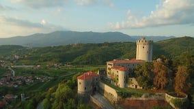 Vista aérea del castillo de Rihemberk en una colina sobre el valle del vipava en Branik Eslovenia occidental almacen de video